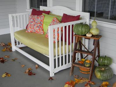 Hangulatos ülőhely a teraszra babaágyból