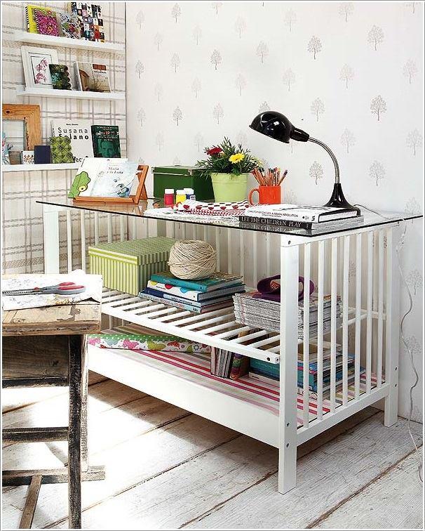 Otthoni dolgozóasztal a nem használt rácsos ágyból