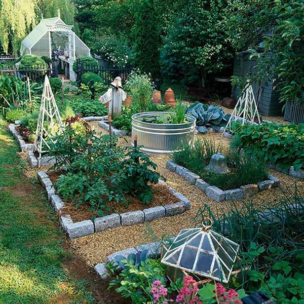 4. Használj tereprendezési sziklaköveket, hogy építs egy sor emelt kerti ágyakat, és tegyél egy horganyzott víztartályt a kert közepére a könnyű öntözéshez