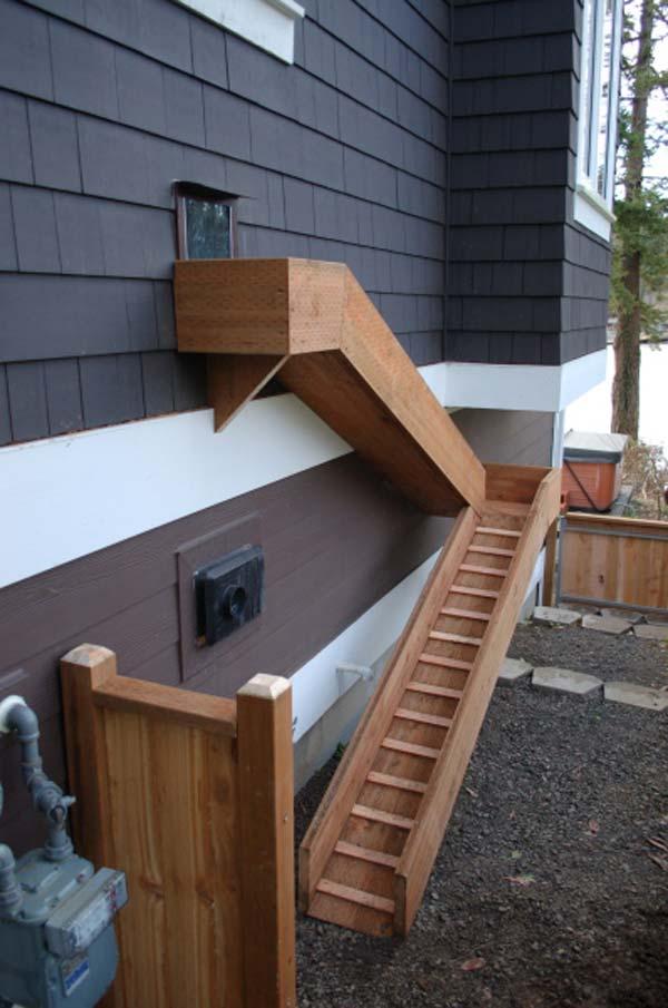Külön lépcső és bejárat az emeletre kedvenceinknek