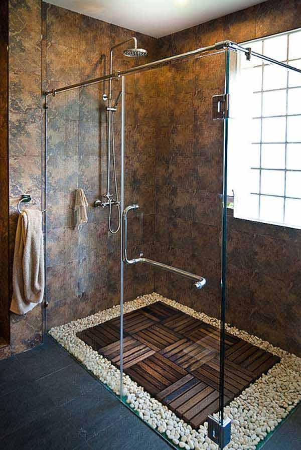 Modern hatás zuhany fapadló köré csiszolt kövek