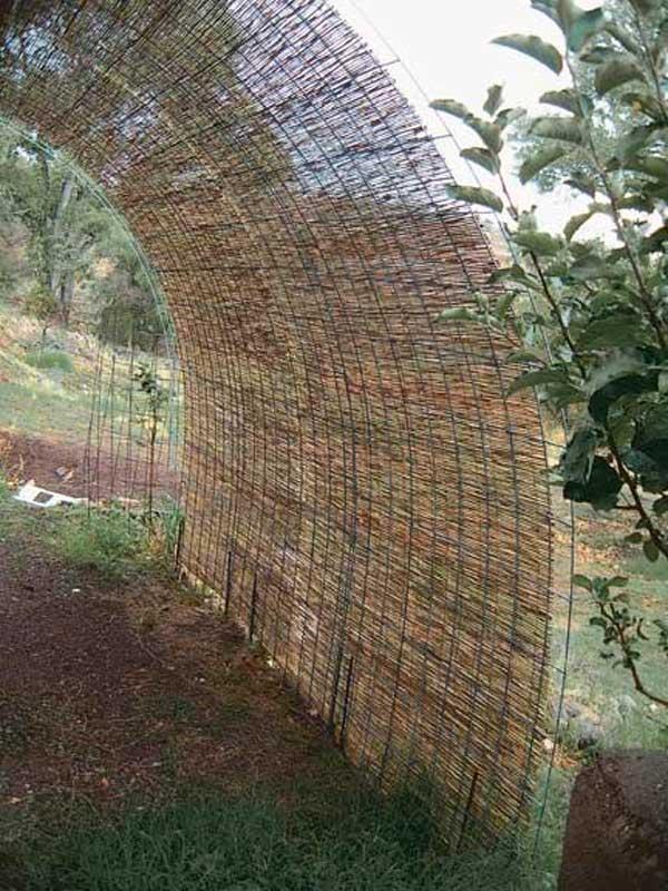 Teríts nádat a kerítéseknél használt panelekre, hogy készíts egy árnyékolót