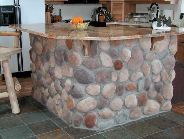 Természetből válogatott kövekből konyhasziget