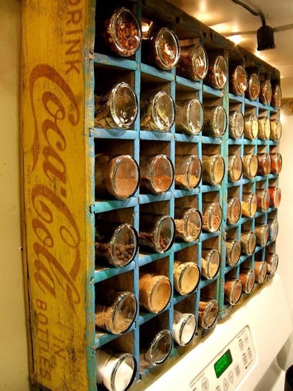 21. Tegyed az összes fűszeres edényt egy régi CocaCola dobozba