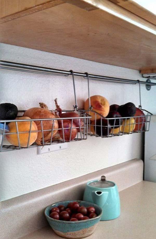 23. Takaríts meg helyet ezzel a polccal és a kis rúddal alatta, ami meg tudja tartani poharakat és főzőeszközöket egyben 2