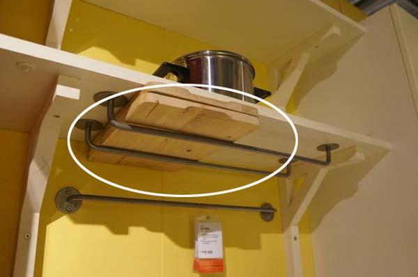 25. Szerelj fel IKEA síneket egy polc alatt a vágódeszkák tárolásához