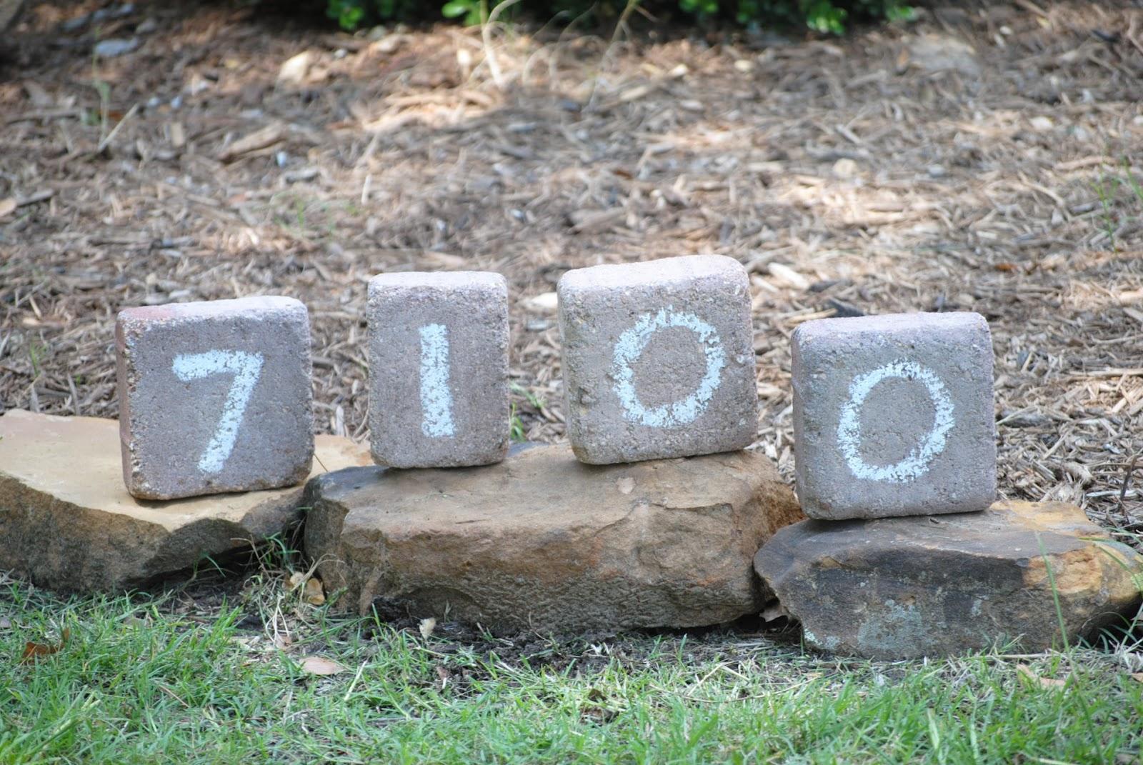 10. Kövekre vésett házszám